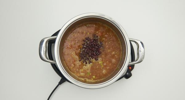 Gemüse-Mix mit AMC Intenso, gehackten Tomaten und Tomatenmark zugeben. Mit Brühe aufgiessen, Bohnen ebenfalls zugeben.