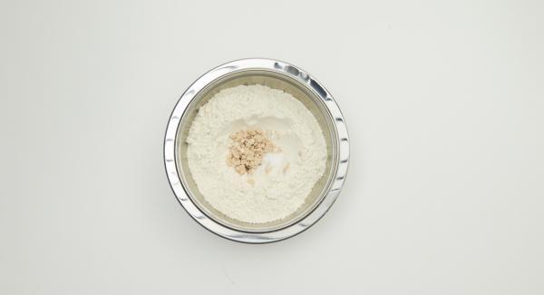 Für den Hefeteig Mehl in eine Schüssel geben, eine Vertiefung hineindrücken und Hefe hineinkrümeln. Mit der Milch, etwas Mehl sowie dem Zucker verrühren. Zugedeckt ca. 20 Minuten gehen lassen.