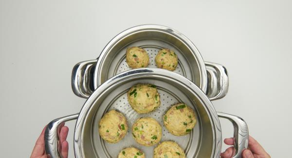 Kombi-Siebeinsätze mit Butter einfetten. Hefeteig in 12 Stücke schneiden, zu Knödeln formen und in die Kombi-Siebeinsätze verteilen, beide auf den Topf setzen und EasyQuick mit Dichtring 24 cm aufsetzen.