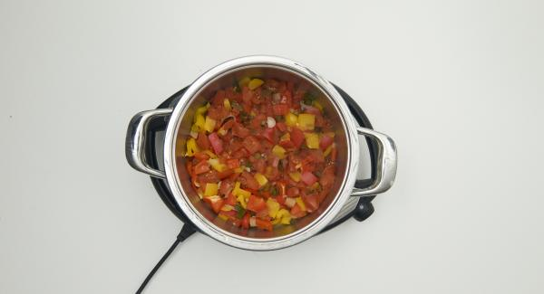 Nach Ablauf der Garzeit Gemüse abschmecken und mit den Dampfnudeln anrichten.