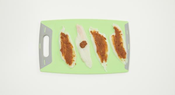 Die Hälfte der Limettenschale abreiben und mit Erdnussbutter, Sambal Oelek und 1 TL Fischsauce gut verrühren. Fischfilets trockentupfen, je mit ¼ der Erdnusspaste gleichmässig bestreichen und satt aufrollen, in den Softiera-Einsatz legen.