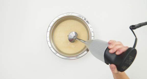 Suppe nach Ende der Garzeit durch ein Sieb passieren und mit einem Stabmixer aufschäumen. Fischröllchen in Suppenteller geben und mit der aufgeschäumten Suppe anrichten, mit Korianderzweigen garnieren.