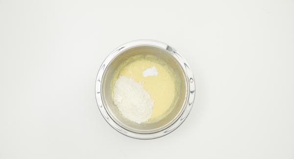 Butter und Puderzucker mit dem Handrührgerät schaumig rühren. Ei beigeben und weiterrühren, dann Mehl und Backpulver beigeben und weiterrühren. Zum Schluss die Dattelmischung unterrühren.