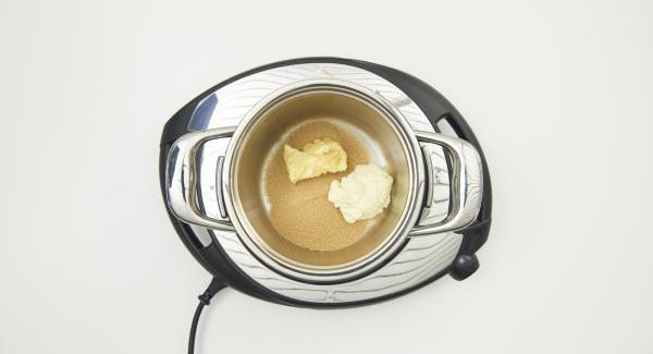 In der Zwischenzeit Butter, brauner Zucker und Doppelrahm im kleinen Topf mischen, aufkochen und unter Rühren ca. 5 Minuten köcheln lassen, etwas abkühlen lassen.