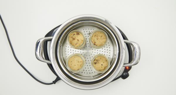 Pudding nach Ende der Garzeit noch warm im Förmchen zusammen mit der Toffee-Sauce servieren.
