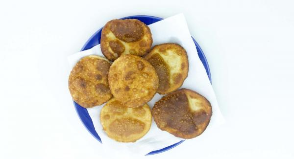 Die frittierten Mini-Pizzen auf saugfähiges Papier legen. Restliche Teige in HotPan frittieren und Navigenio auf Stufe 4 belassen.