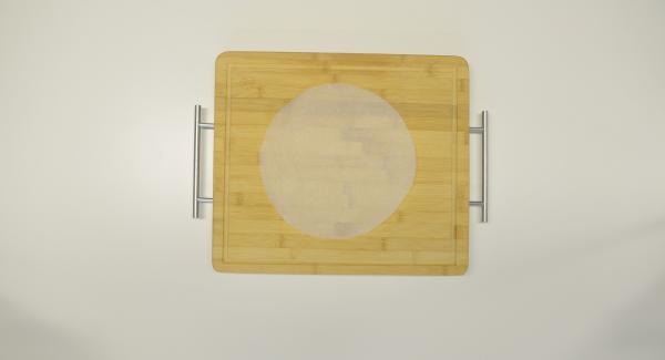 Für die Tortillas mit Hilfe eines Deckels 24 cm einen Kreis aus Backpapier ausschneiden, in den Kombi-Siebeinsatz legen und Tortillas übereinander daraufgeben.