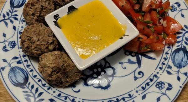 Pfannenköfte mit Zwiebel-Mango Soße und Tomatensalat