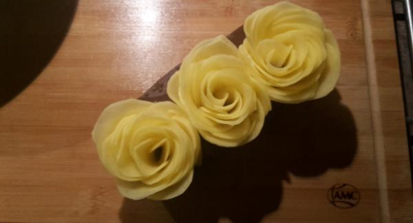 Kartoffeln schälen, waschen und in Scheiben schneiden, bzw. hobeln.  Die Scheiben in Blütenform in eine Mini-Muffin-Form setzten.