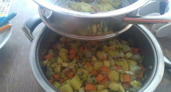 Das Gemüse in gleich Grüße Würfel schneiden, Die Zwiebel und den Knoblauch würfeln und in einem AMC Topf 24 cm 5 liter auf dem Navigenio glasig anschwitzen. Das Gemüse dazugeben, würzen und mit der Gemüsebrühe aufgiesen.