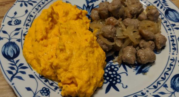 Kürbis-Süßkartoffel-Stampf mit Bratwurstpfanne