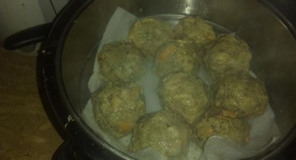 Die Zwiebel zu den Semmelwürfel geben, Eier und die Leber dazu und alles Würzen, mit einem Kochlöffel locker vermengen. 10 Minuten Quellen lassen und mit nassen Händen Knödel abdrehen. Als Beilage größer, für Suppe kleinere.