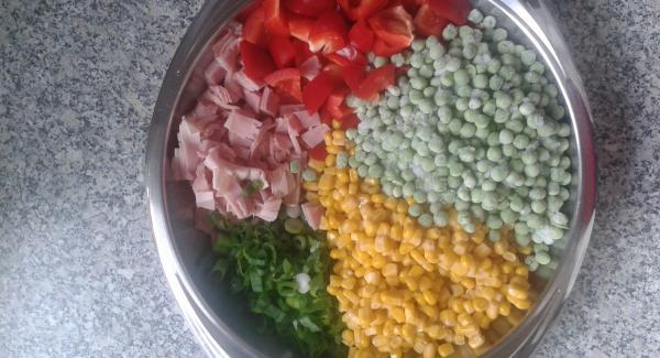 Den Schinken in Würfel schneiden, Paprika klein würfeln, Frühlingszwiebel in feine Ringe schneiden, Mais abtropfen lassen.
