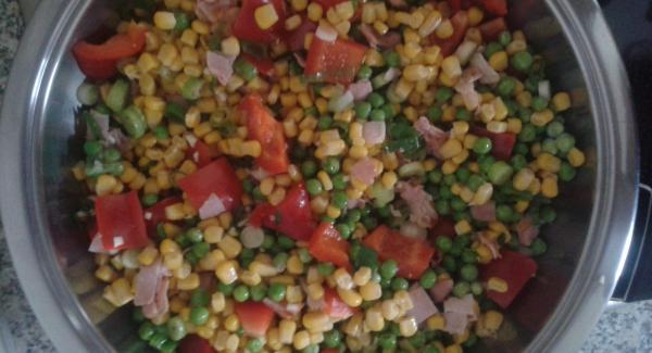 Schinken, Paprika und Frühlingszwiebel ebenfalls anbraten Mais, Erbsen und kleingehackte Knoblauchzehe dazugeben. Würzsoße dazugeben, Servierdeckel auflegen, Audiotherm auf Gemüsefenster stellen und 5 Minuten eingeben. Danach das Gemüse auf den Nudeln verteilen.