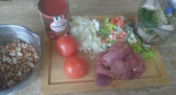 24 cm Topf 3,5 liter mit dem Deckel aufheizen bis zum Bratfenster. Das Fleisch mit den Speckwürfeln anrösten. Zwiebel, Knoblauch, Gemüse, Bohnen (über Nacht eingeweicht) und Tomaten zugeben, Kräuter und Gewürze dazu (bei Tomaten immer eine Prise Zucker dazu) und mit der  Brühe aufgiessen.