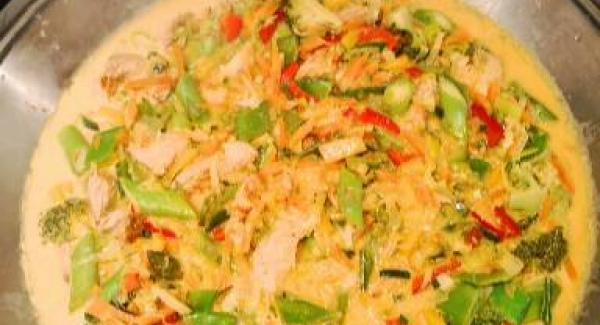 Das Putenfleisch in feine Streifen schneiden und in der Sojasoße marinieren. Das Gemüse schneiden bevorzugt in feine Streifen. Den Wok aufheizen ( Fleisch Symbol ) Dann das Fleisch rein und Scharf anbraten ( nicht erschrecken der Wok wird Schwarz von der Sojasoße ) Wenn es gleichmäßig an gebräunt ist die Mitte des Woks frei machen und das Gemüse tropfnass rein geben etwas anbraten, Deckel drauf und bis zum Gemüse Symbol aufheizen. ca. 10-15 min. garen lassen. Jetzt die Kokosmilch rein darin dann die Aprikosen Konfitüre auflösen lassen sobald sie ganz flüssig ist die Gewürze bis auf Salz und ein TL Kurkuma dazu geben. Offen etwas reduzieren lassen und abschmecken.