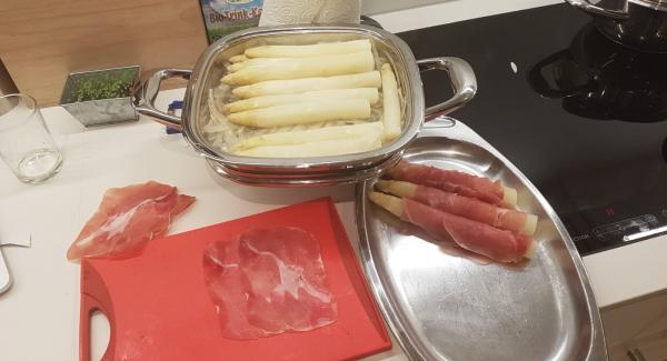 Nach der Garzeit die Spargeln aus dem Arondo herausnehmen und den Arondo kurz ausspülen. Wer will kann hier den Spargelfond für die Sauce verwenden. Die Schalen werden hier nicht weiter gebraucht. Die Spargeln nun einzeln in einer Scheibe Rohschinken kompakt einrollen.