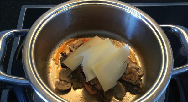 Den Backofen auf Grill oder auf 220°C Oberhitze einschalten. Die Birnen halbieren, Kerngehäuse entfernen und im 20 cm 2,3 lt Topf in Zuckersirup knapp weich garen. Beiseitestellen und warm halten. Die gerösteten Schwarzbrotschnitten in die Cook&Serve 28 cm legen und je eine Rohschinkentranche darauflegen. 3/4 der Pilzsauce über die Schnitten verteilen, je eine Scheibe Rohschinken und mit den Emmentalerscheiben bedecken. Im Backofen auf der oberen Schiene ca. 3-5 Minuten gratinieren. Die restliche Pilzsauce darübergeben, mit gehackter Petersilie bestreuen und mit einer halben Birne garniert im umgekehrten Servierdeckel zu Tisch bringen.