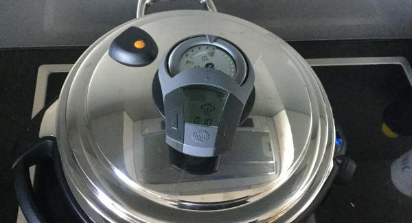 Topf mit dem EasyQuick 20 cm Dichtungsring verschliessen. Navigenio auf Automatik (A) schalten. Audiotherm einschalten und 10 Minuten eingeben. Auf Visotherm setzen und drehen bis zum Steamersymbol. Navigenio blinkt blau, ok, den Rest übernimmt das AMC-Kochsystem.