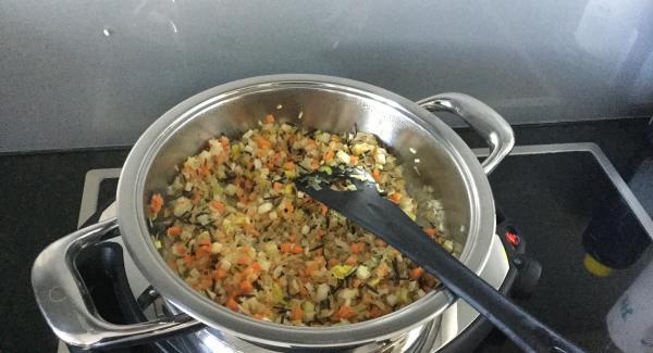 Nach Ablauf der Garzeit die Reispfanne beiseitestellen um sie etwas auskühlen und nachziehen zu lassen. Dann die gehackten Kräuter untermischen. Der Reis sollte noch warm aber nicht zu heiss sein.