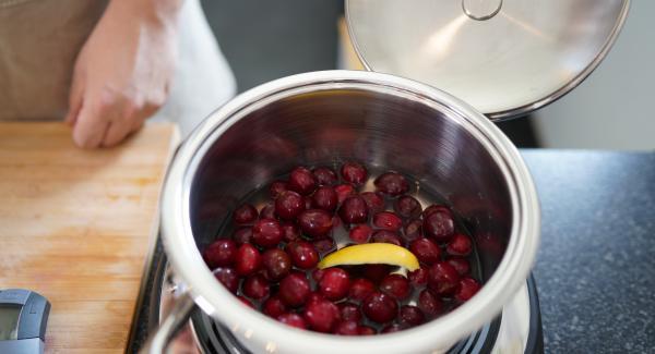 Die Kirschen mithilfe eines Strohalm entkernen. Danach die entkernten Kirschen und 250ml Wasser in den Topf geben. Anschließend einen Streifen einer Zitronenschale in den Topf geben.