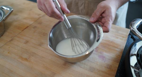 In der Zwischenzeit 250 ml Wasser und Speisestärke in eine Schüssel geben und mithilfe eines Schneebesen verrühren.
