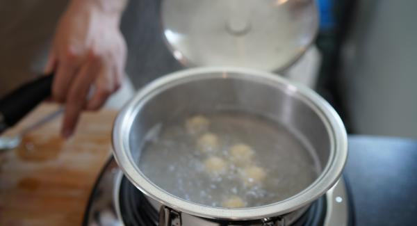 Die Klößchen in kochendes Wasser geben und für 2 Minuten kochen lassen