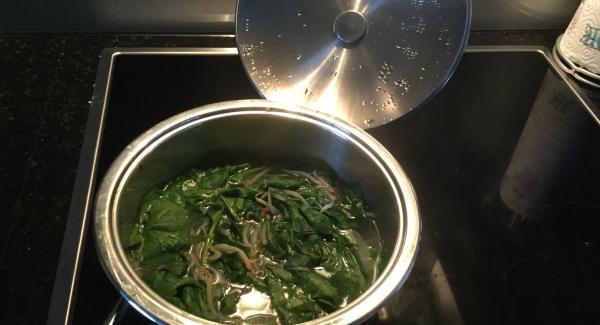1 El Distelöl mit dem gehackten Knoblauch bei maximaler Hitze bis vor das Gemüsesymbol aufheizen, Hitze reduzieren, kurz anschwitzen und dann in eine AMC-Schüssel geben. Sojasauce, Honig, 2 El Sesamöl, 2 El Wasser, gehackte Frühlingszwiebeln, die Hälfte des Ingwers und 1 Tl Chiliflocken zugeben. Zu einer Marinade verrühren und beiseitestellen.
