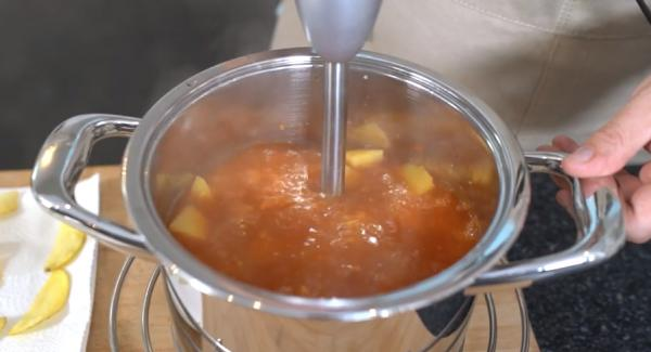 Sobald der Secuquick sich öffnen lässt, alles mit einem Pürierstab pürieren und zum schluss mit Salz und Pfeffer abschmecken.