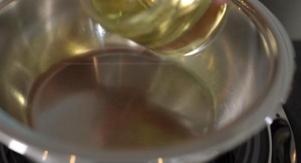 Die Sauteuse auf die Navigeno stellen. Anschließend die 200ml Sonnenblummenöl in die Sauteuse geben.