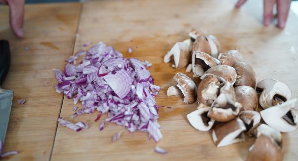 2 Zwiebeln und 5 Champignons klein schneiden.