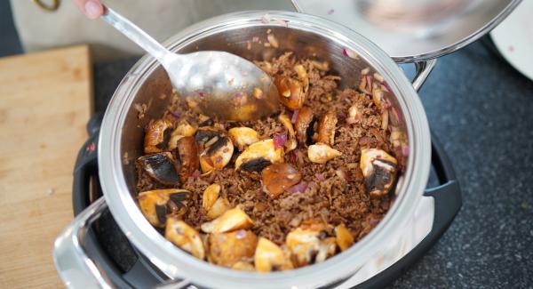 Danach die geschnittenen Zwiebeln und die Champignons hinzugeben und Alls gut anbraten lassen.