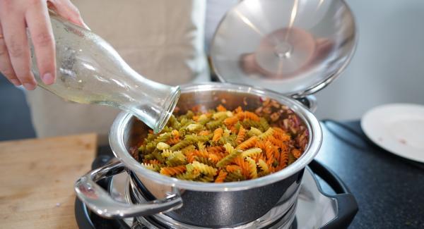 Die 400g Nudeln in den Topf geben und alles mit 500ml Gemüsebrühe aufgießen. Einmal alles gut umrühren und mit Salz und Pfeffer würzen.