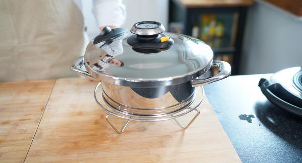 Anschließend den Topf auf eine kalte Unterfläche stellen und den Topf von alleine Druck los werden lassen bis man den Secuquick aufmachen kann. (Dieses dauert ca. 5 Minuten)