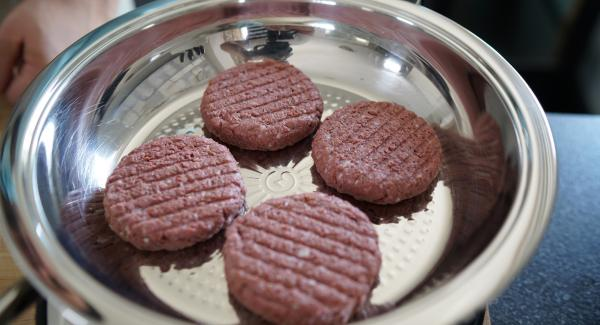 Die 4 Burger Frikadellen in die kalte Hotpan geben.