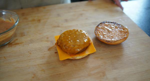 Die Frikadelle auf den Käse legen.