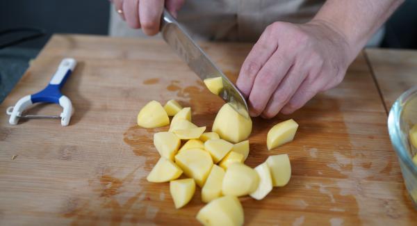 Die 1 KG Mehligkochende Kartoffeln in kleine Würfel schneiden.
