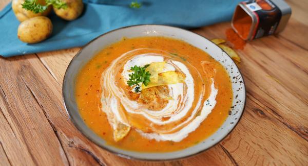 Die Suppe auf dem Teller mit 1 EL Creme Fraiche verfeinern. Abschließend noch etwas Pure, Intenso und feingehackte Petersilie über die Kartoffelsuppe drüber geben. Die Kartoffelchips dazugeben.