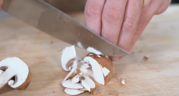 Die 250g Champignons in Scheiben schneiden.