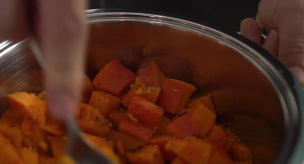 Sobald sich der Secuquick von alleine öffnen lässt, alles nochmal gut würzen mit Salz und Pfeffer und anschließend mithilfe eines Löffels Kleinstampfen.