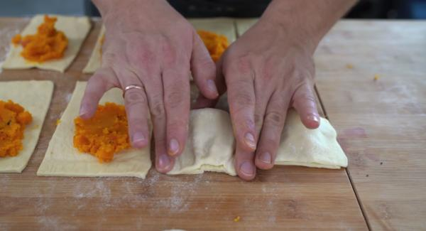 Jeweils ein Esslöffel des Kürbis in eine Pizzatasche befüllen und verschließen.