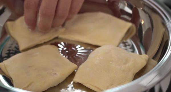 Die Pizzataschen in die Hotpan legen und ca für 1 Minuten von der einen Seite braten lassen.