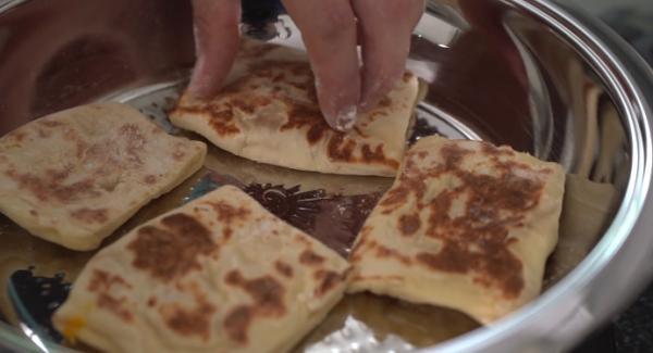 Nach der 1 Minute können die Pizzataschen gewendet werden und für eine weitere Minute angebraten werden. Wenn Sie von beiden Seiten gold braun sind, können sie aus der Hotpan genommen werden und die nächste Ladung Pizzataschen kann gebraten werden.