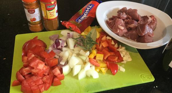 Zwiebeln und Knoblauch schälen. Zwiebeln würfeln, Knoblauch in Scheiben schneiden. Peperoni waschen, Kerne und Scheidewände entfernen und in Würfel schneiden. Stielansatz der Tomate entfernen und die Tomate in grobe Würfel schneiden. Champignons putzen, je nach Grösse halbieren, vierteln oder ganz lassen. Wirsingkohl, in ca. 1,5 cm breite Streifen schneiden, waschen und gut abtropfen lassen. Kartoffeln, waschen, schälen und in gleichmässige Würfel von ca. 1 cm schneiden.