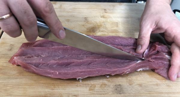 Bei dem Schweinefilet drei tiefen einschnitten machen und anschließend bei den Einschnitten aufklappen.
