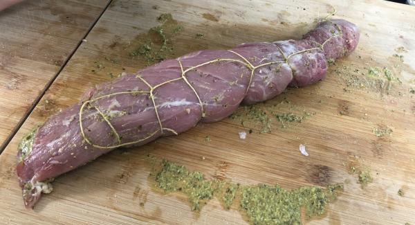 Das Schweinefilet mit einem Koch-Bindfaden umwickeln und zuschnürren.