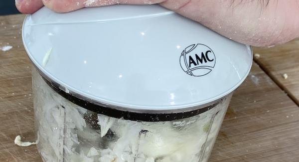 8 Zwiebeln mit dem Quickcut kleinscheiden. Anschließend die Zwiebeln in eine Schale geben und mit 1 EL Salz salzen und alles gut durchmischen.