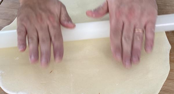 Den Teig mithilfe eines Teigroller dünn ausrollen.