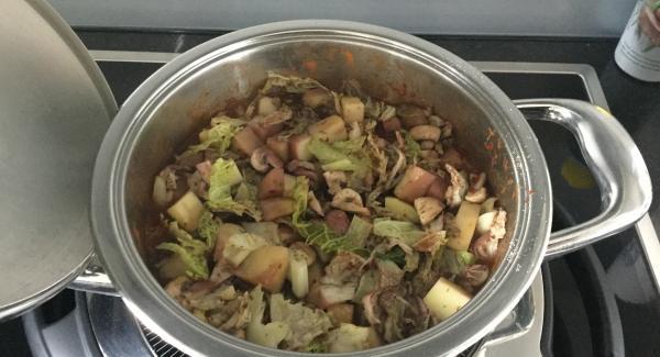 Den drucklosen SecuQuick abheben, das Gulasch mit Salz, Pfeffer und Chiliflocken abschmecken und das Gemüse-Kartoffel-Gemisch dazugeben. Kurz aufkochen, evtl. mit wenig Rotwein verfeinern und im umgekehrten Servierdeckel zu Tisch bringen. Servieren.