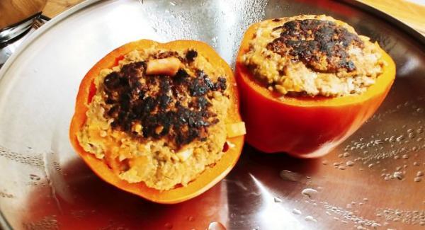 Den fein gewürfelten Speck in die Pfanne geben und kurz anbraten, die für die Sauce bestimmte Zwiebel fein gewürfelt zugeben und mit dem Speck bei ständigem umschichten mit dem Holzbratenwender anbraten bis sie glasig braun ist. Die fein gewürfelten Paprikadeckel und Tomaten hinzugeben mit dem Speck und den Zwiebeln vermengen und gleichmäßig auf dem Pfannenboden verteilen. Anschließend die fertig angebratenen Paprika wieder überkopf daraufstellen und den Deckel schließen. Den Audiotherm mit 20min Garzeit auf das Garfenster (Möhre) einstellen und den Herd noch mal kurz auf volle Leistung schalten. Beim ersten Piepsen (Garfenster) Herd klein schalten und beim 2. Piepsen (Stop-Fenster) den Herd ausschalten (Ceranfeld) oder auf kleinster Stufe (Induktion) bis zum Ablauf der Garzeit fortgaren.